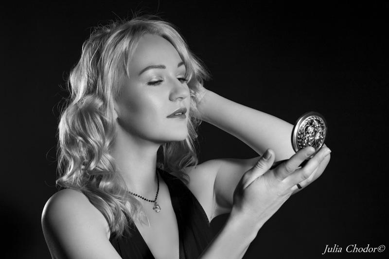 Beautiful woman, black and white, classic elegance - photo session. Photo: Julia Chodor