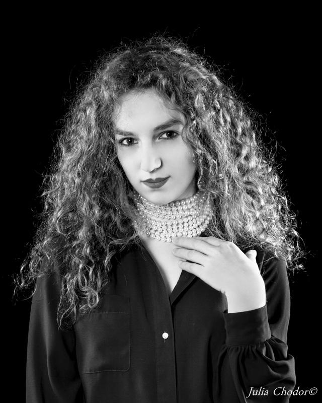 Beautiful woman, black and white - photo session. Photo: Julia Chodor